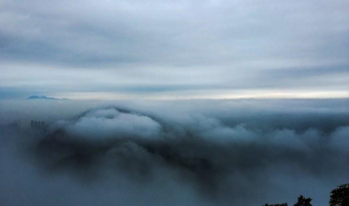 小雨漸歇,眼前就出現壯觀雲海