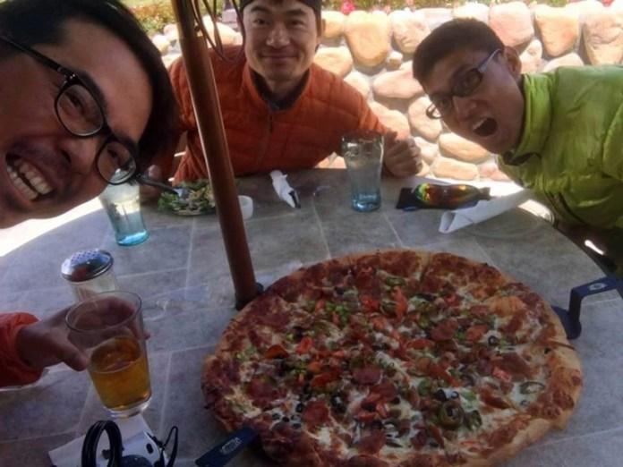 20吋pizza三個人分,連小費也只是11美金,爽呀!