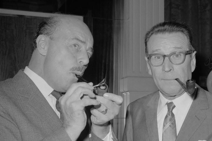 Samen met de acteur Jan Teulings (links) bij het beeldje van Maigret in het Amstelhotel *2 september 1966