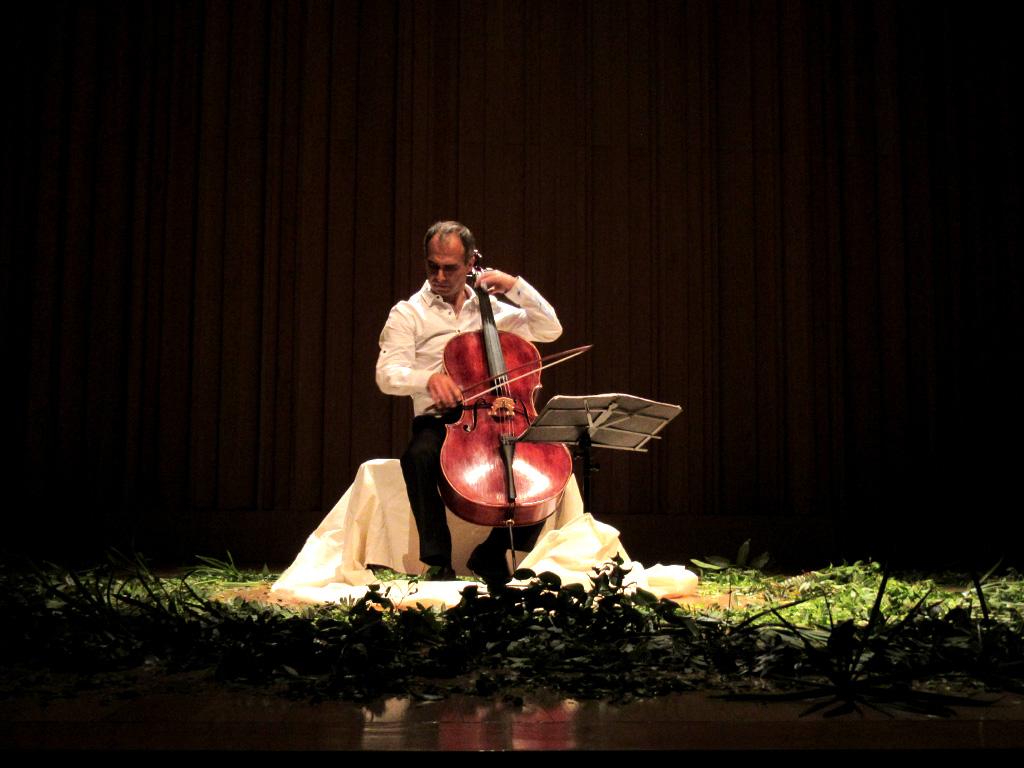Samuel Máynez Vidal interpretando movimiento de su Suite Barroca para Violoncello Solo