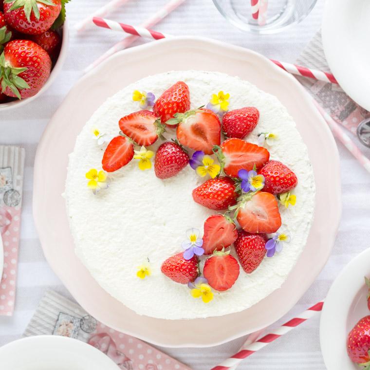 nyttigare-jordgubbstarta-vegansk-glutenfri-och-utan-vitt-socker-av-anna-winer-03-jpg.jpg