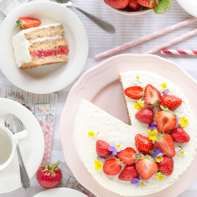 nyttigare-jordgubbstarta-vegansk-glutenfri-och-utan-vitt-socker-av-anna-winer-04-jpg.jpg