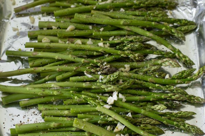 How to arrange asparagus for roasting