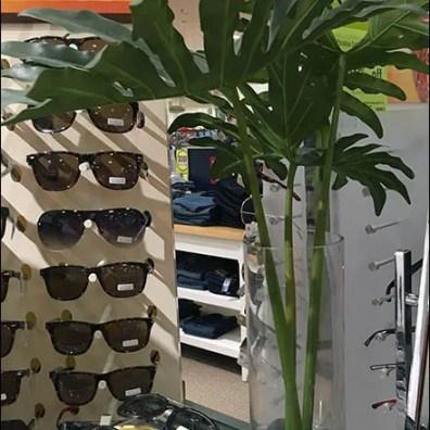 tommy-hilfiger-summer-somewhere-sunglass-display-3