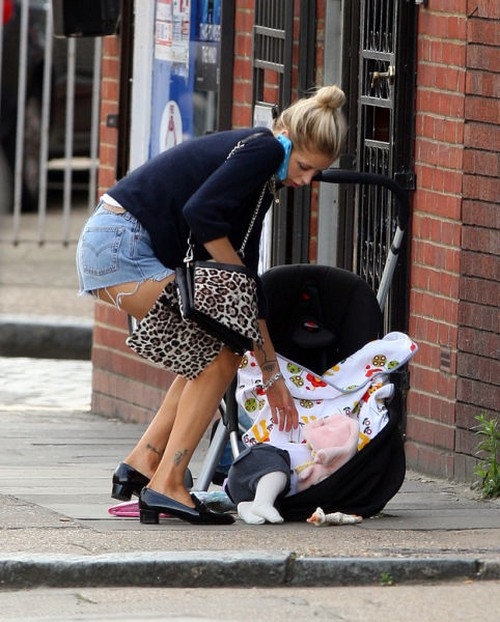 This image of Peaches Geldof on her phone while her baby rolls away on the sidewalk