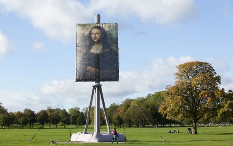 A-giant-canvas-of-the-Mona-Lisa-on-Clapham-Common-in-London