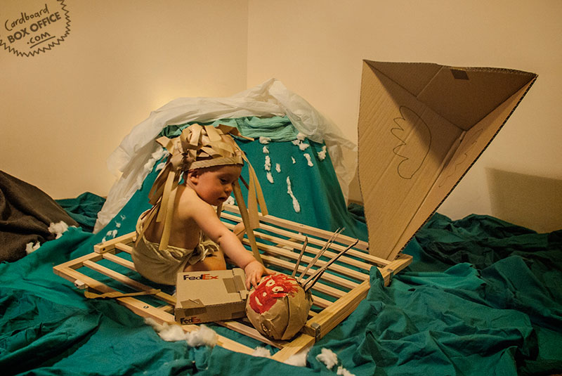 castaway-parents-recreate-movie-scenes-with-baby-son-and-cardboard