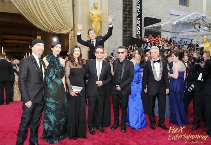 Benedict Cumberbatch photobombs