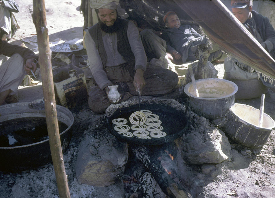 A man preparing jilabee, a sweet dessert.