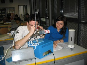Slika 1. Dijaka analizirata spekter vodikove svetlobe