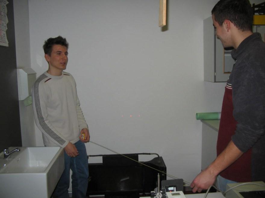 Slika 3. Dijaka merita težni pospešek s pomočjo ultrazvočnega slednika