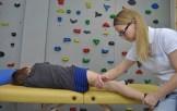 masaż uda dziecka tkanki głębokie