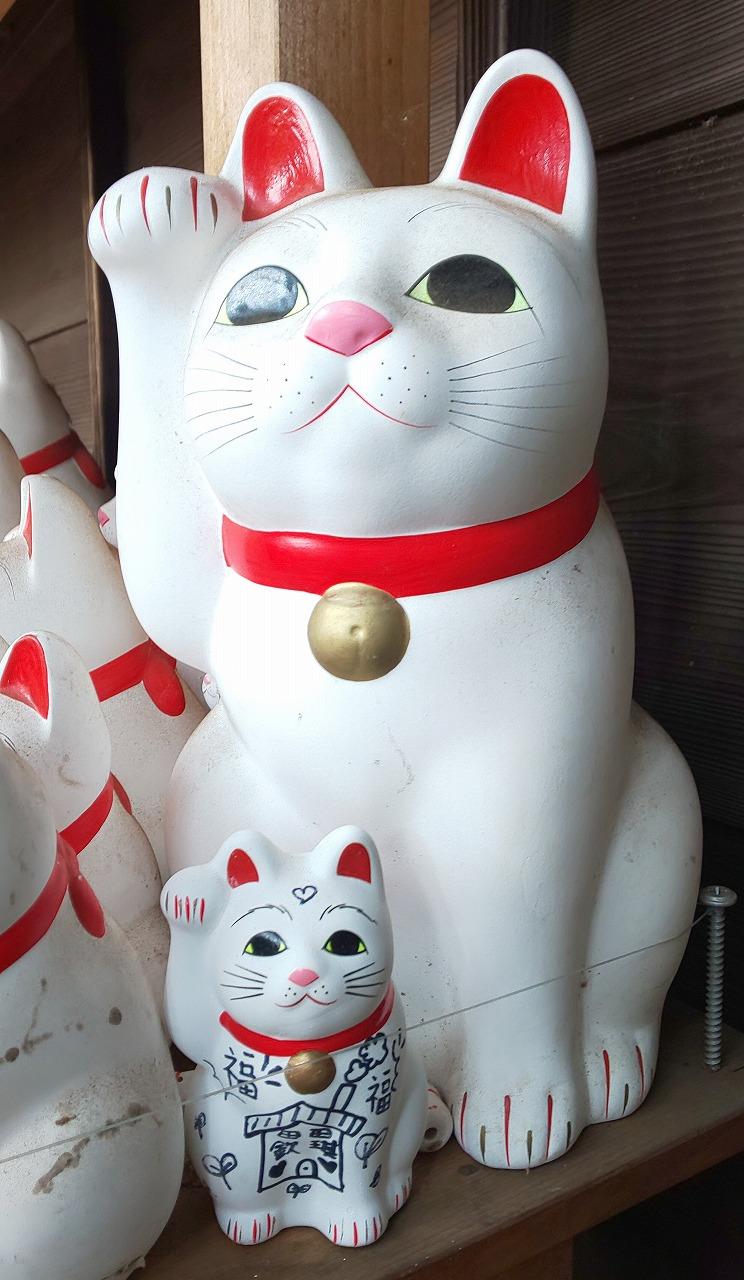 豪徳寺招福殿脇にある大小様々で数え切れぬほどの招き猫たち