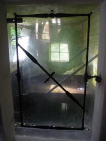 Schlecht erkennbar: hinterm Fenster fließt der Mühlbach