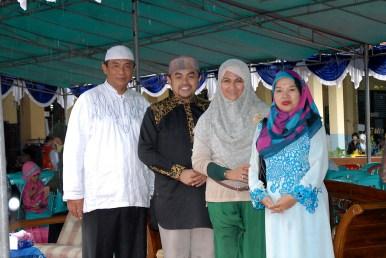 Pak Imam, Ustadz Taufiqurraman bersama istri, dan Bu Raden
