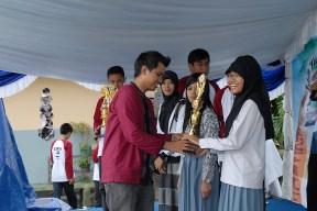 Personil EASYCAPELLA memberikan hadiah kepada pemenang lomba