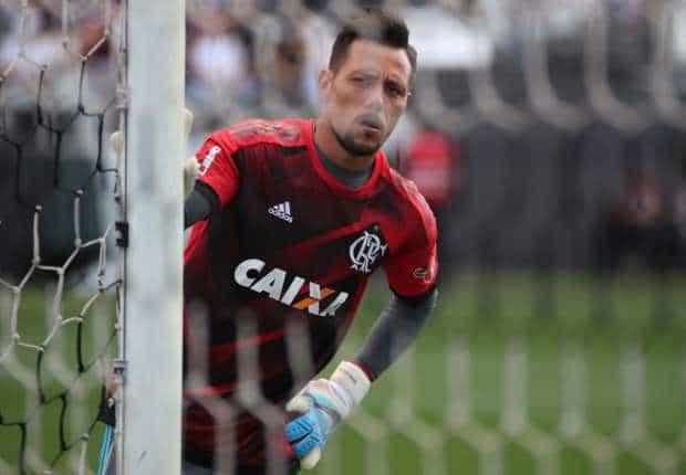 Diego Alves pega pênalti, mas Ponte Preta sai com a vitória