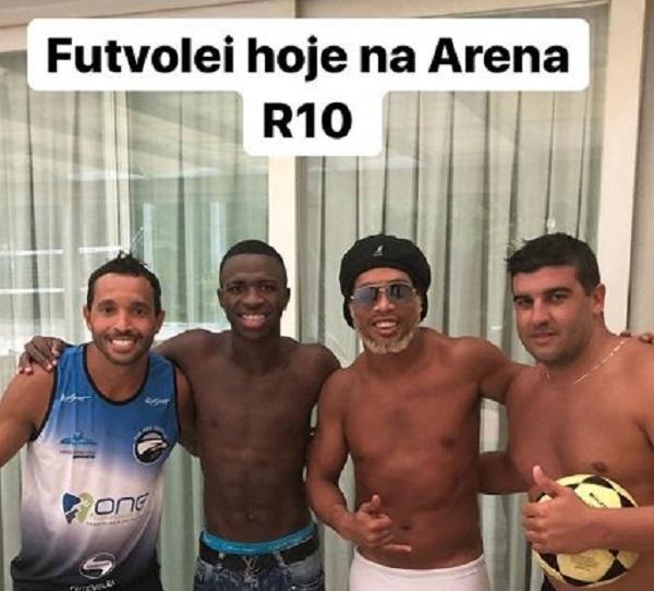 Vinicius Júnior se diverte no futevôlei com Ronaldinho Gaúcho