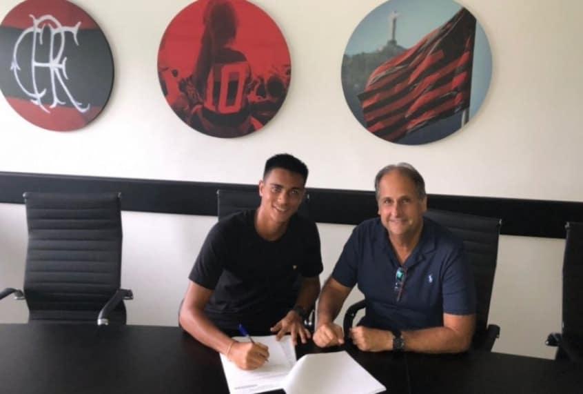 Flamengo acerta primeiro contrato profissional com joia da base
