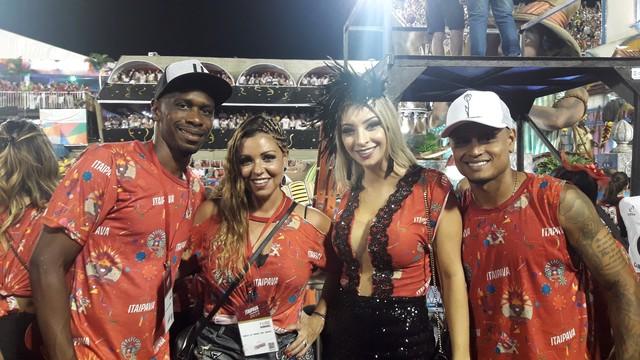 Classificados no Carioca, jogadores do Fla curtem Carnaval na Sapucaí