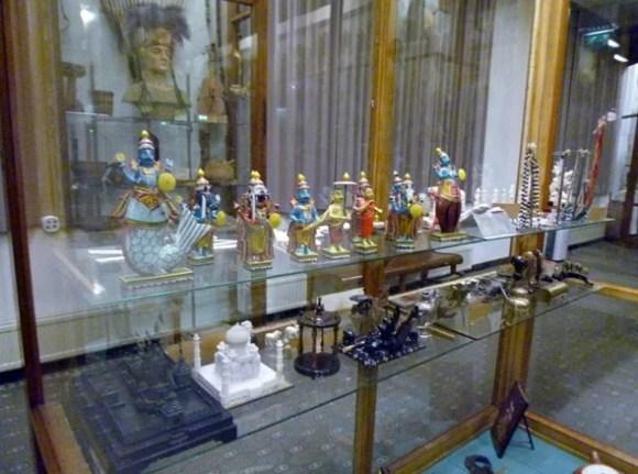 Voelkerkundliche Sammlungen in meterhohen Glasvitrinen