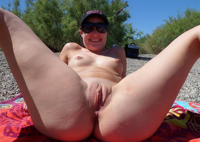gostosa-na-praia-de-nudismo-7