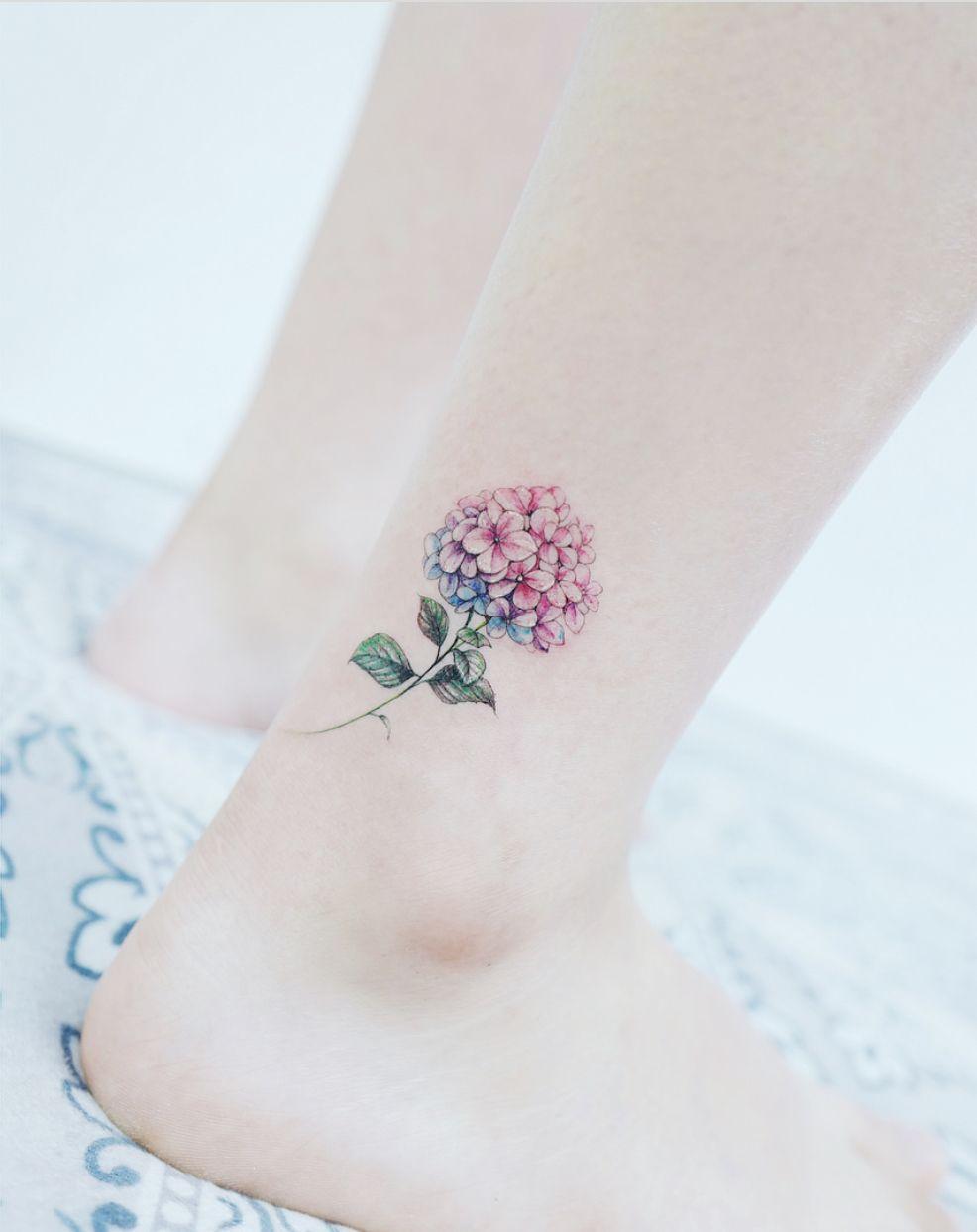 тату на щиколотке для девушек браслеты цветы надписи