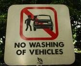 No lavar vehículos. Esto estaba en un parque urbano. No conocen a los gitanicos por aqui