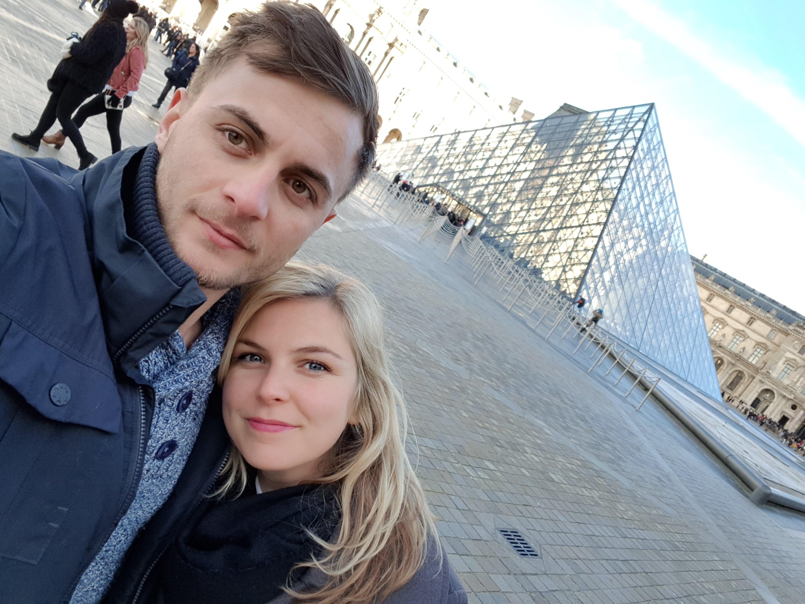 Wir beide am Louvre in Paris