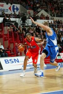 Batum au dribble avec le MSB face à un défenseur (c) basketactu.com