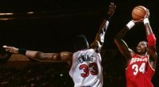 Hakeem Olajuwon face à Patrick Ewing en finale NBA 1994 (c) Nathaniel S.Butler/NBAE via Getty Images)