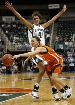 Allyssa DeHaan en défense pour Michigan State Spartans (c) The Blade - Andy Morrisson