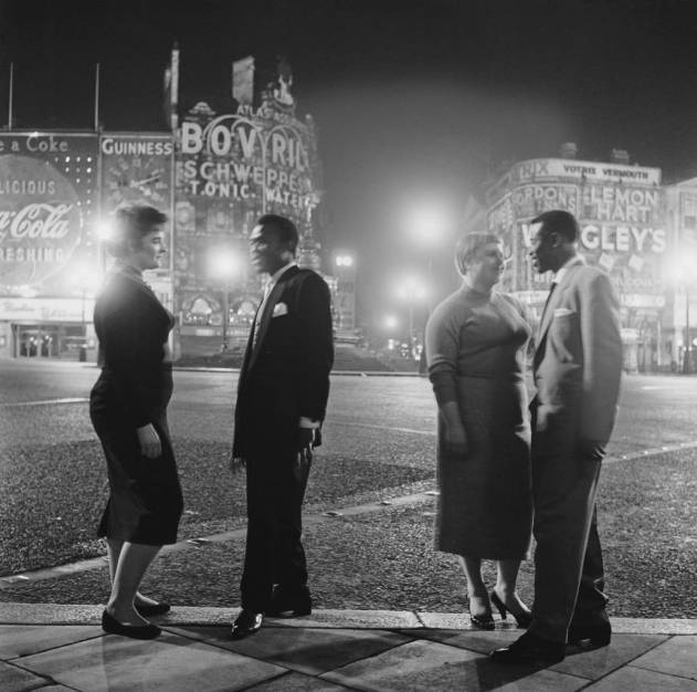 After leaving the 'Club Americana', a Saturday night jazz club open from midnight until 7 a.m., American troops and their girlfriends say goodbye in Piccadilly Circus, London, 25th November 1955. (Photo by Keystone Features/Hulton Archive/Getty Images)