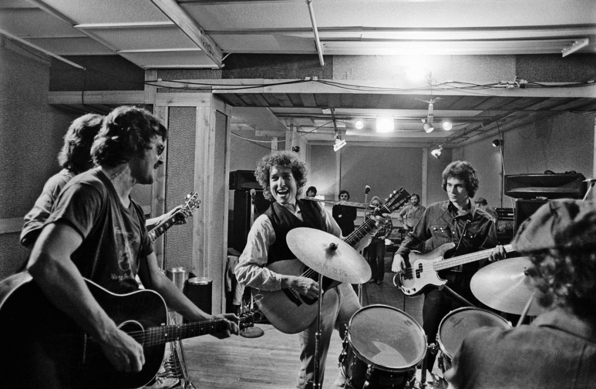 Dylan and the band warm up, during Ken's first shoot in October 1975, documenting a day of rehearsal sessions in New York.