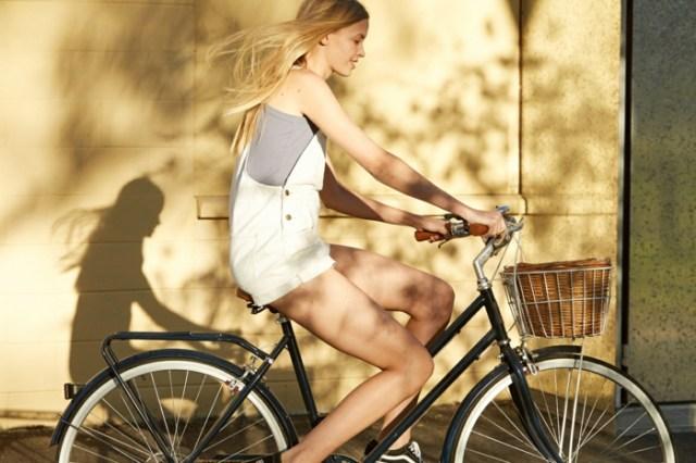 porter une salopette, cheveux blonds, vélo, panier en paille, fille blonde