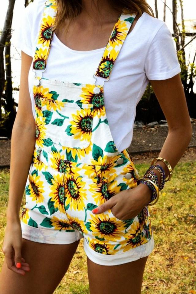 salopette blanche à motifs tournesol, manucure flashy, bracelets en or, t-shirt blanc