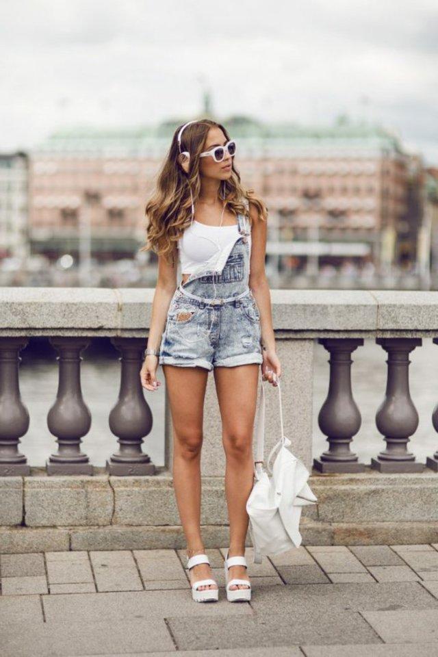 salopette en jean shorts, sandales blanches, sac à main blanc, cheveux bouclés