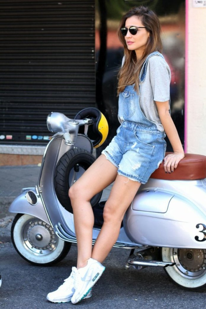porter une salopette en denim shorts, t-shirt gris, manucure noire, baskets blancs