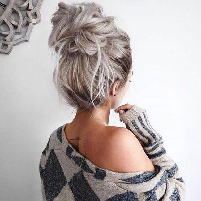 Le principe est d'une simplicité enfantine. Il suffit de relever ses cheveux sur le sommet du crâne comme pour faire un chignon classique. Le résultat finale détermine la tendance suivie. Dans le cas ci-dessus, il suffit de les attacher en laissant soigneusement dépasser quelques mèches, mettant ainsi votre nuque en valeur.
