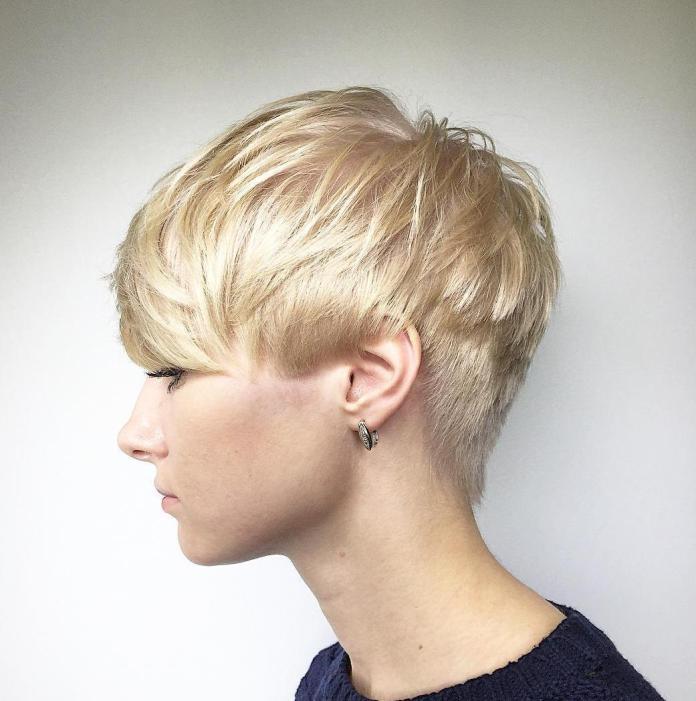 Coupe de cheveux courte et agitée pour des textures plus fines