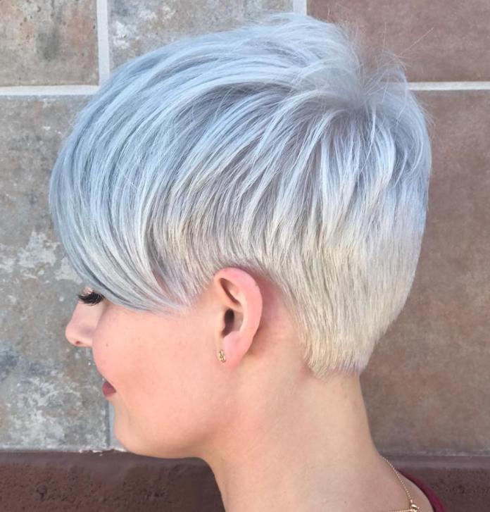 Coupe de cheveux courte grise pour femmes pour le type de cheveux fins