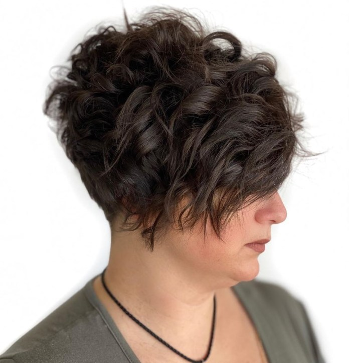 Cheveux brun foncé pour double menton