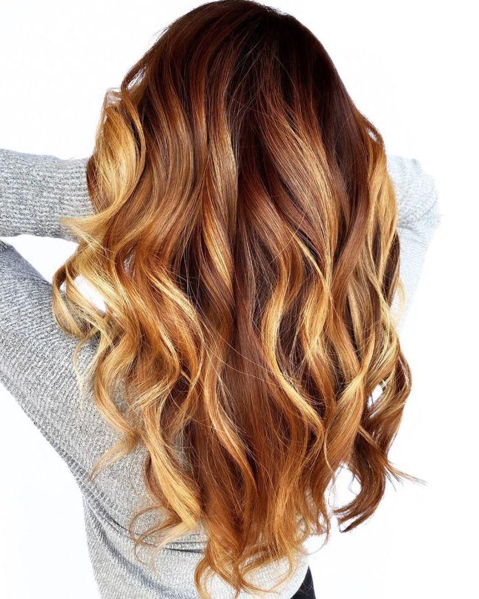 Cheveux roux avec des stries blondes