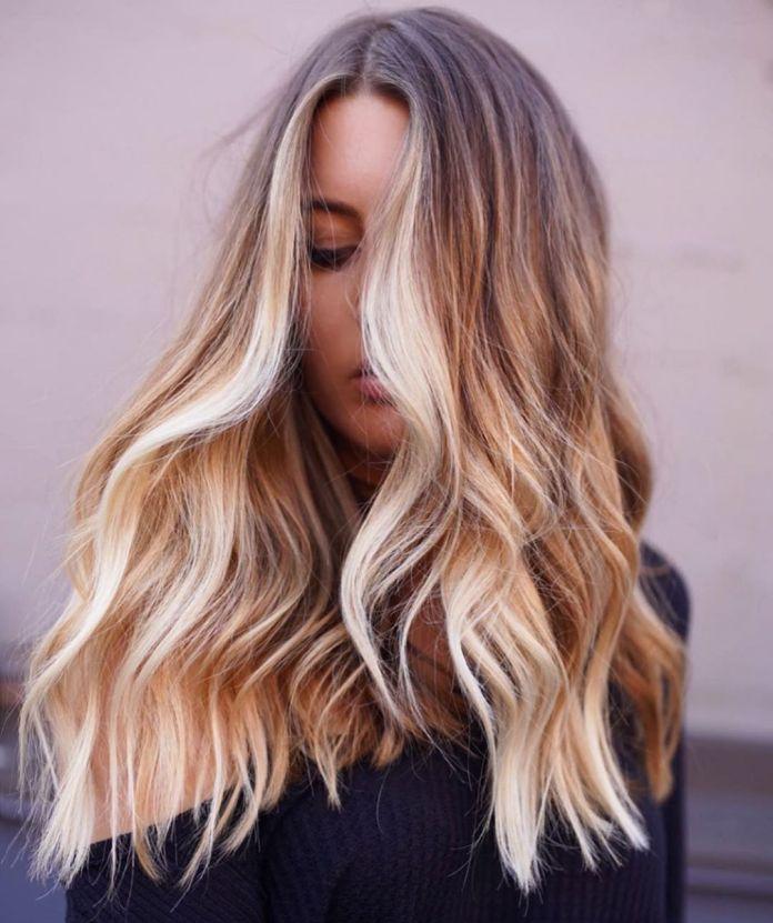 Cheveux bruns avec balayage blond