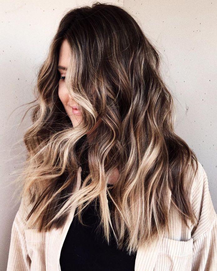 Cheveux bruns avec balayage partiel