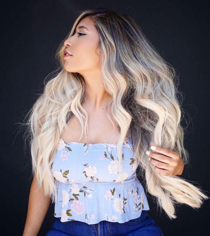 Faits saillants de la blonde glacée sur les cheveux longs