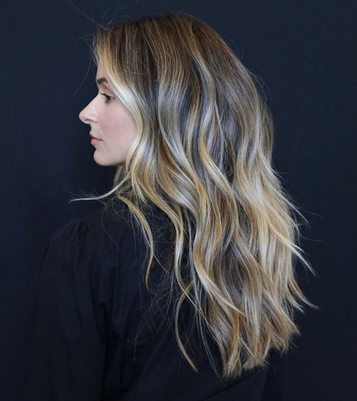 Balayage blond doré avec racines marron foncé
