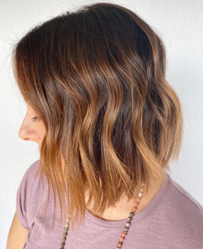 Cheveux foncés avec balayage blond fraise