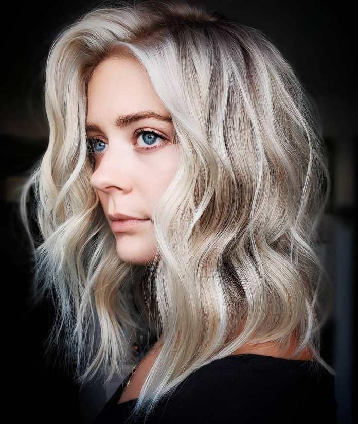 Coupe de cheveux mi-longue ondulée ébouriffée