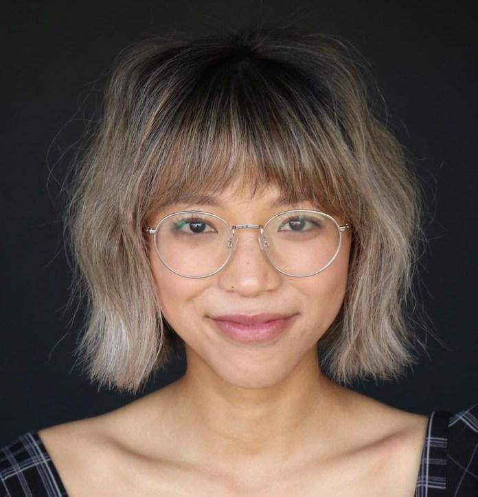 Frange rasante des sourcils avec des lunettes